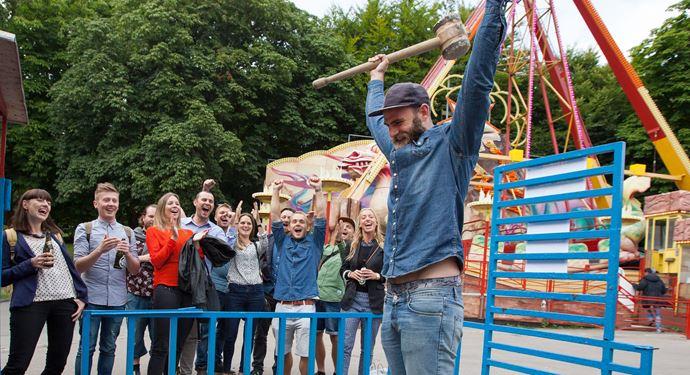 Bakken Spil Sjov Kraftproeven Gruppe Voksen Udflugt