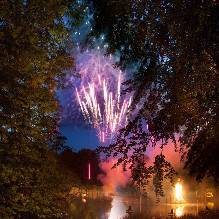 Sankt Hans aften på Bakken - musik, bål og storslået festfyrværkeri!