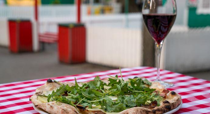 Nyd en lækker middag på en af Bakkens hyggelige restauranter!