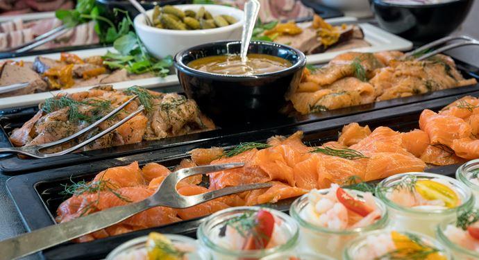 Nyd en lækker buffet på en af Bakkens mere end 26 restauranter