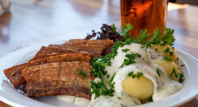 Spis en lækker frokost eller middag inden koncerten går i gang på Bakkens Friluftsscene!