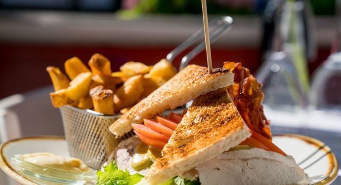 Spis en lækker middag på en af Bakkens mange og hyggelige restauranter!