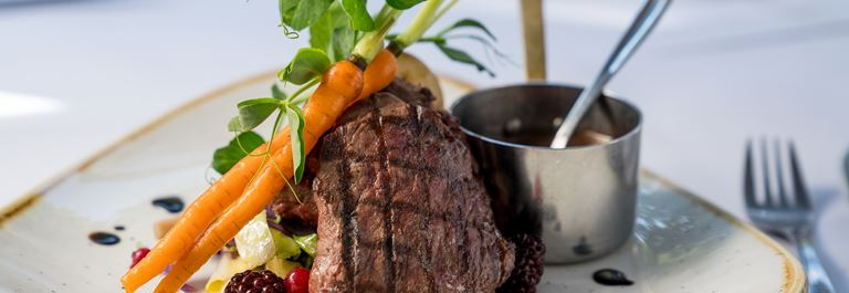 Spis en lækker frokost eller middag inden forestillingen!