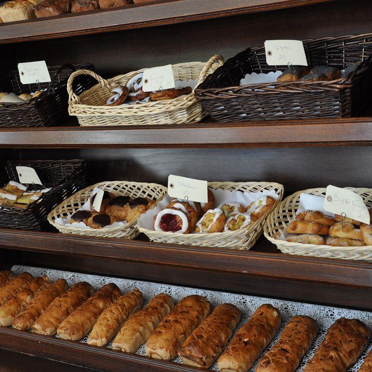 Lækkert friskbagt brød fra Korsbaek på Bakken