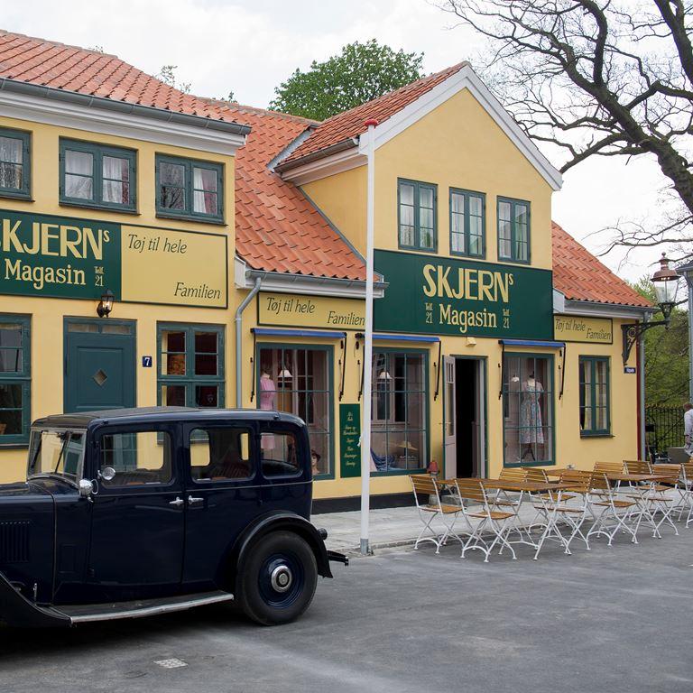 Kom forbi den fantastiske by Korsbæk på Bakken. Det bliver med garanti en hyggelig dag for hele familien!