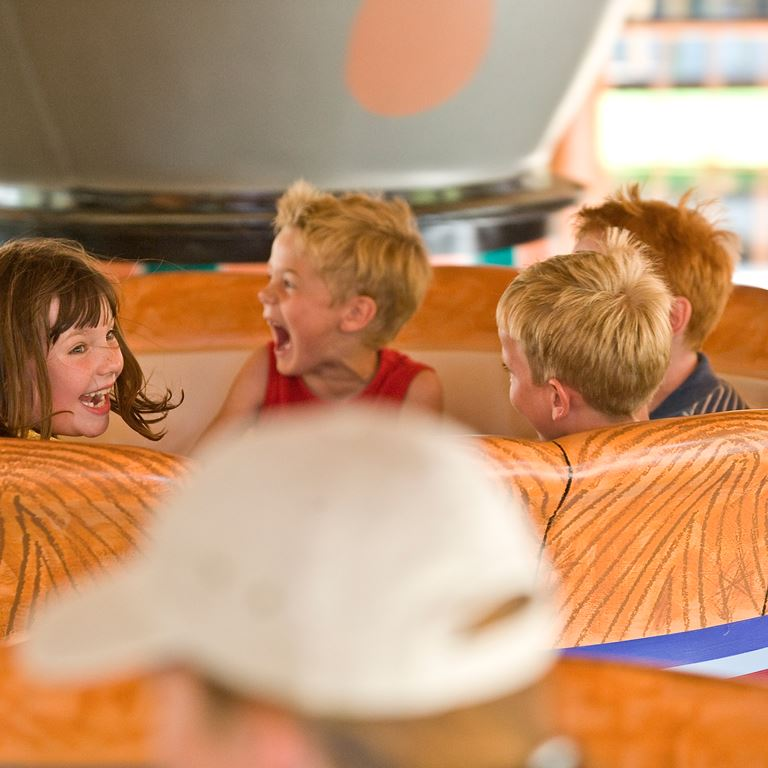 Få en häftig och snurrig upplevelse i Kaffekopparna på Bakken