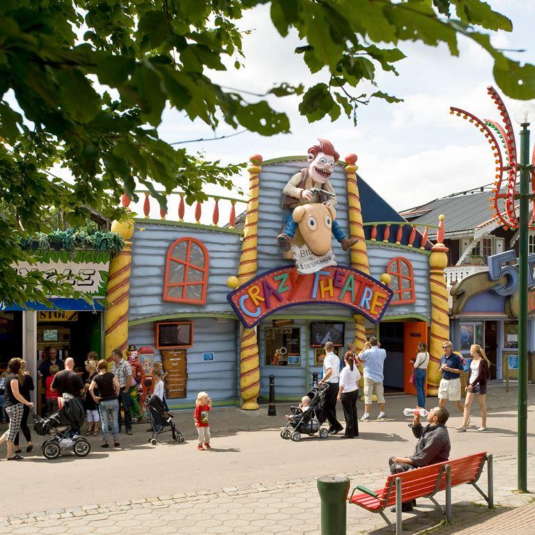 Prøv Crazy Theatre på Bakken - en sjov oplevelse for hele familien!