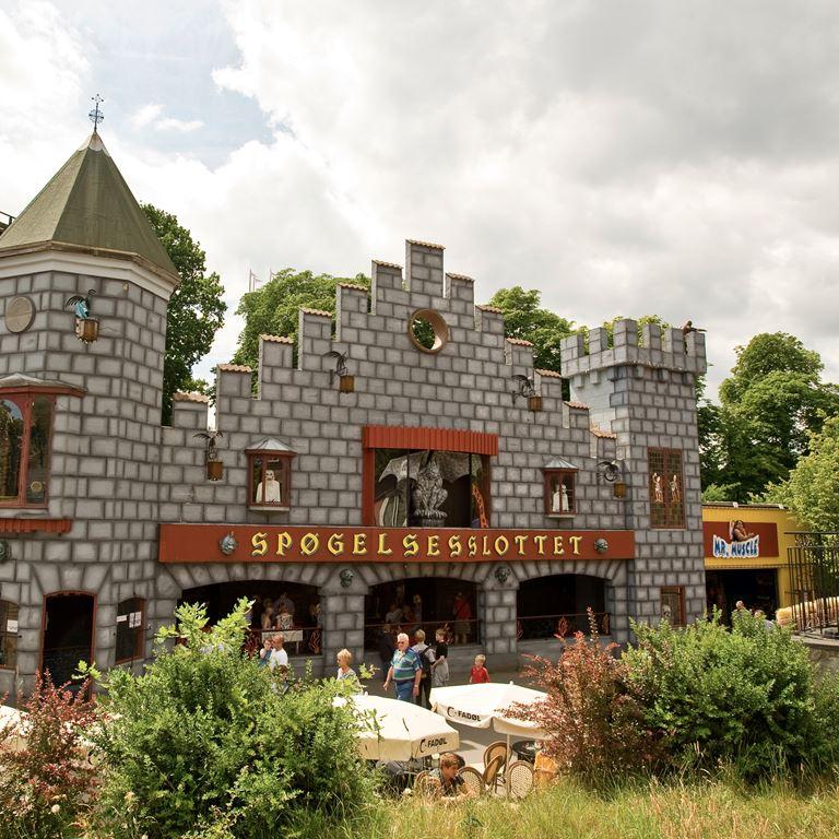 Prøv en tur i Spøgelsestoget på Bakken - en forlystelse for hele