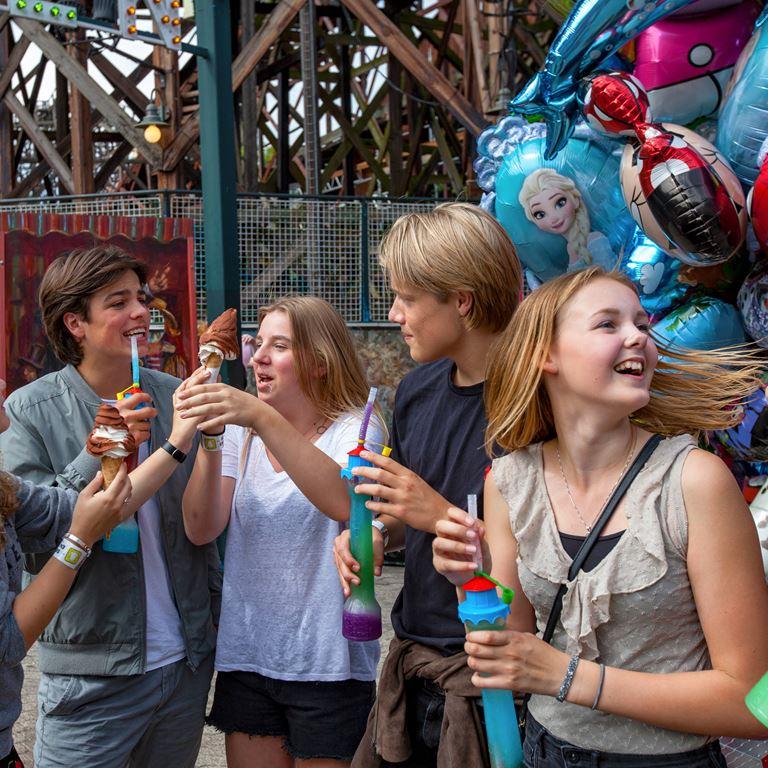 Hold din sidste skoledag på Bakken - 32 sjove forlystelser, gratis entré og masser af gode grin med vennerne!