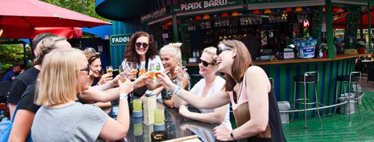 Bakken Cafe Is Fastfood Plaenebaren Gruppe Voksen Oeltour Stemning