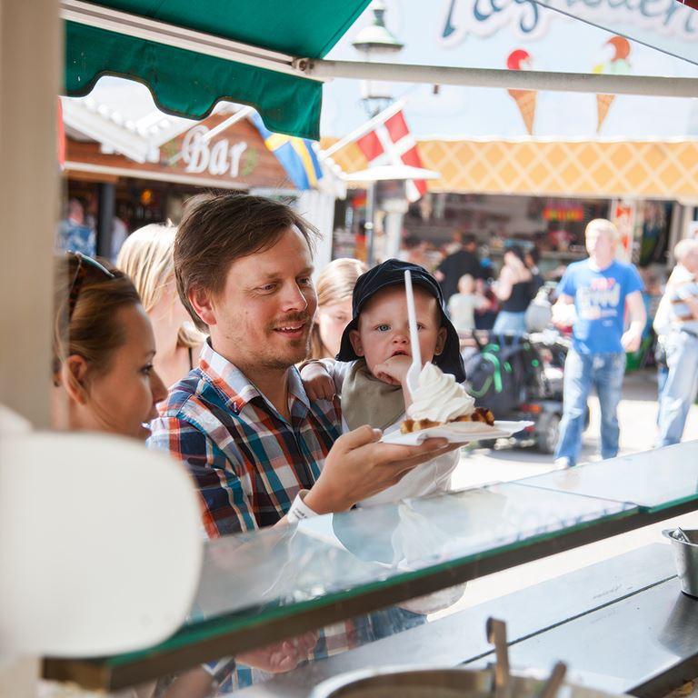 Bakken Cafe Is Fastfood Vaffelhuset Facade Stemning