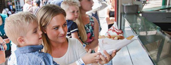 Bakken Cafe Is Fastfood Vaffelhuset Facade Stemning Churros
