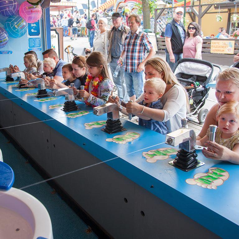 Bakken Spil Sjov Sure taeer Familie Oplevelse