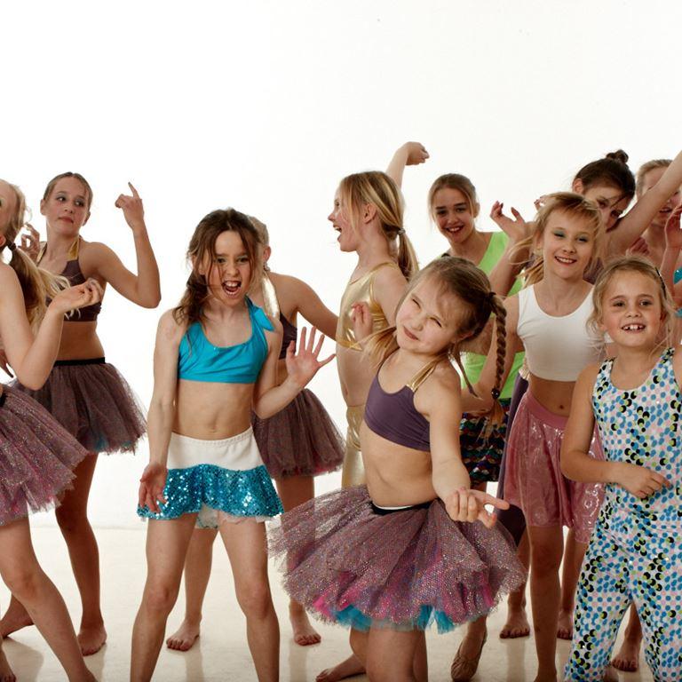 Oplev de dygtige stjernedansere, når de indtager Bakkens Friluftsscene!