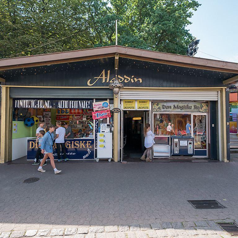 Oplev den hyggelige stemning og atmosfære i spillehallen Alladin på Bakken!