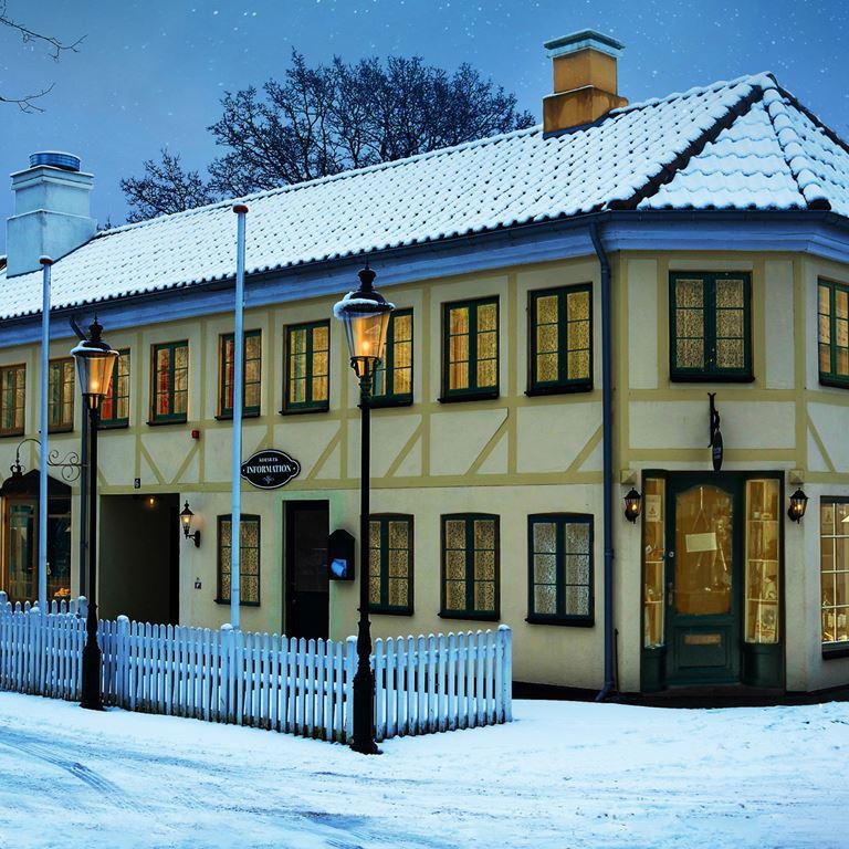 Korsbaek paa Bakken Jul sne port Center