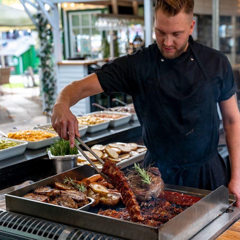Skovly serverer grillbuffet på Bakken