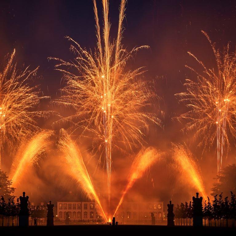 Jul på Bakken afsluttes med et overdådigt festfyrværkeri den 22. december.