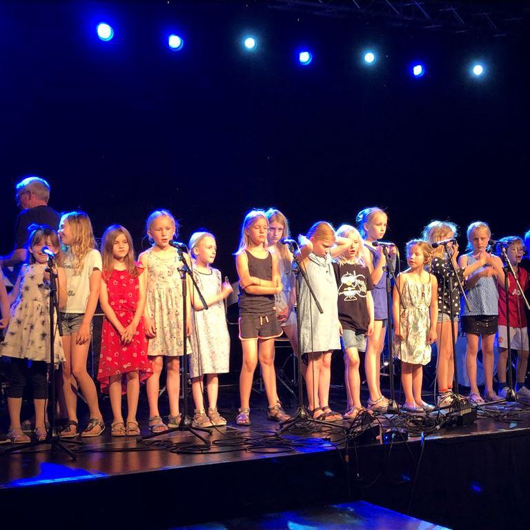 Børnekoret Shout out LOud fra Allerød Musikskole optræder på Friluftsscenen den 11. maj
