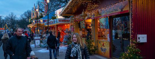 Jul_Bakken_Aften_Stemning_gaester_2.jpg