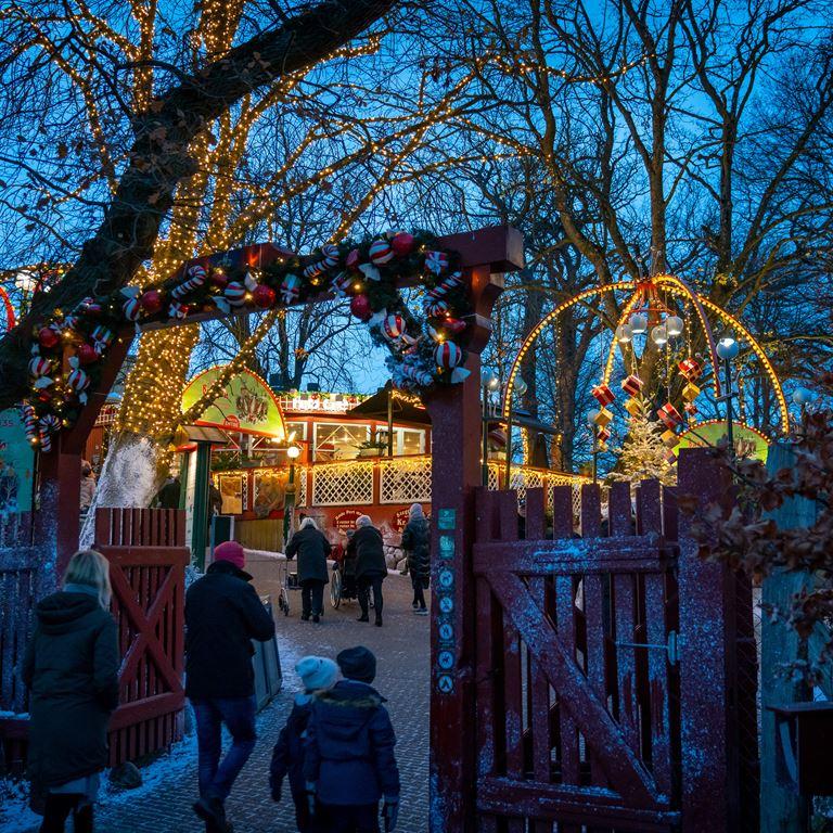 Gå på opdagelse i det hyggelige julemarked nord for København på Bakken