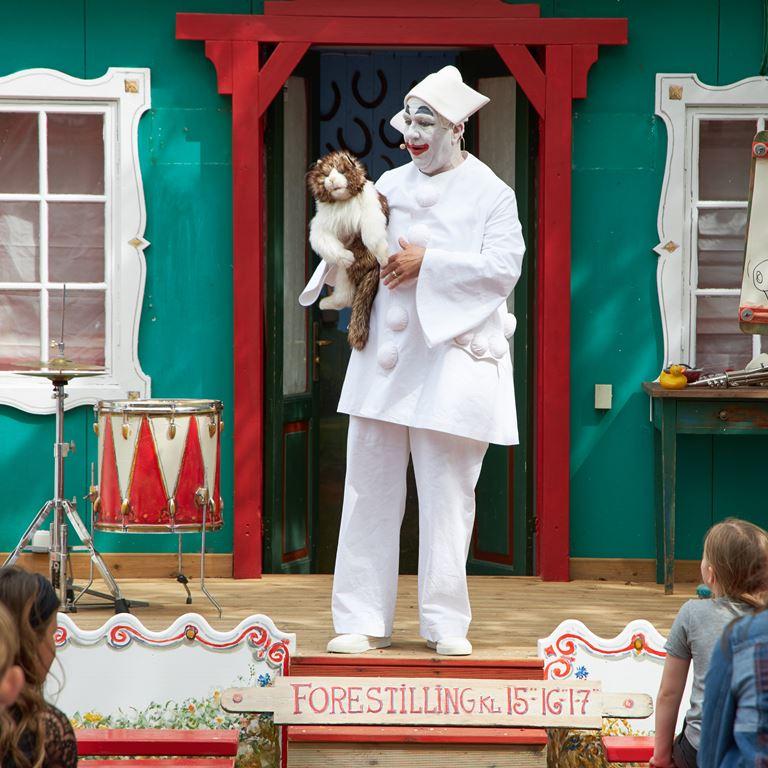 Oplev Bakkens Pjerrot, når han tryller og underholder hele familien til Jul på Bakken.