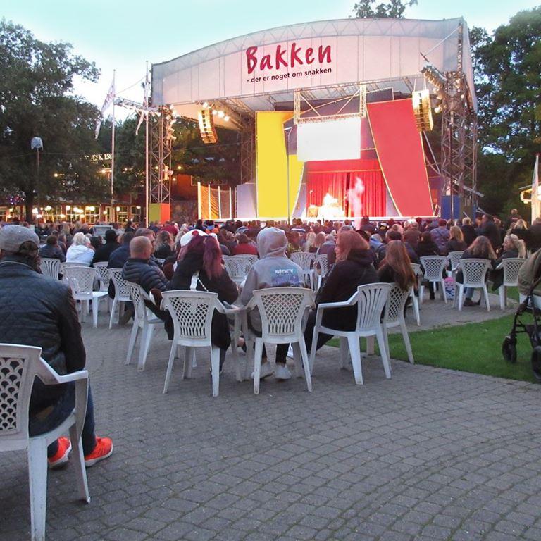 Fredagens koncert bliver ligesom sidste år, hvor publikum var siddende til en senskommer koncert med Dr. Alban foran Friluftsscenen. Foto Holger Hagelberg.jpg