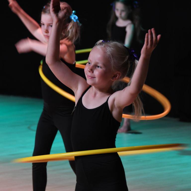Stemningsfyldt show med folkedans fra børnene i Smutten
